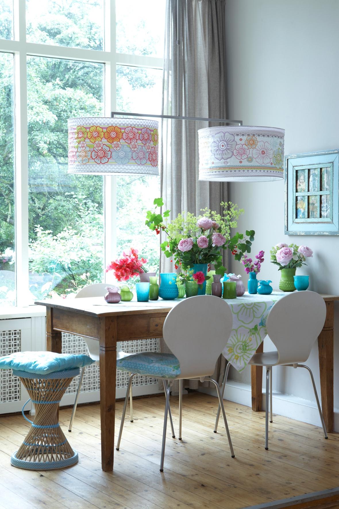 casas-modernas-con-flores-y-vidrio-de-color